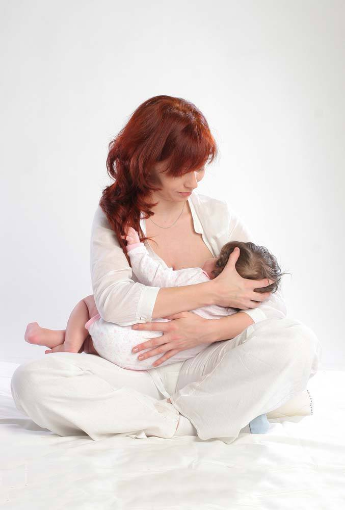breastfeeding position - cross cradle
