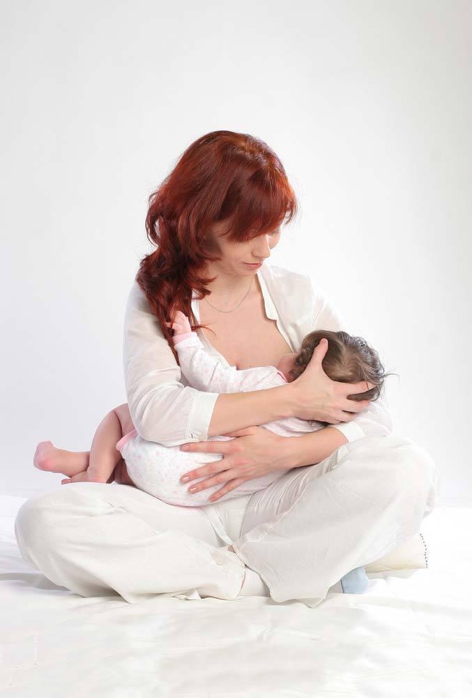 breastfeeding position - cross cradle