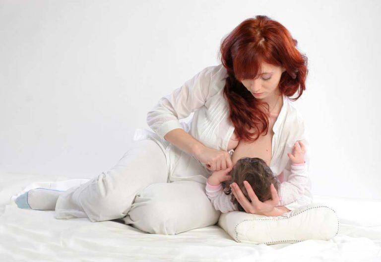 breastfeeding position - football clutch